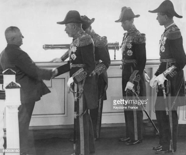 Le skipper d'un bateau de pêche est présenté au Roi George V par le Prince de Galles sur le pont du yacht royal 'Victoria and Abert' le 16 juillet...