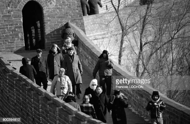 Le sénateur américain Ted Kennedy au centre visitant la Grande Muraille le 1er janvier 1978 à Pékin Chine