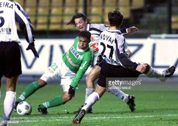 le Stéphanois Alex Da Silva devance les Sedanais Alex Di Rocco et Djoni Novak le 12 janvier 2000 au stade GeoffroyGuichard à SaintEtienne lors du...
