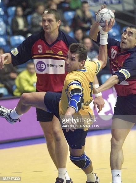 le Suédois Magnus Wislander échappe à l'Espagnol Talant Douchebaiev le 29 janvier 2000 à Zagreb durant la demifinale SuèdeEspagne du quatrième...
