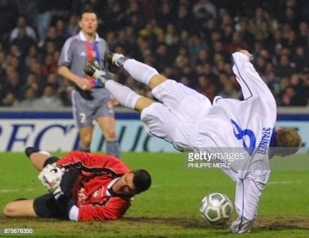 le Tchèque Jidi Stajner tente de tromper le gardien Grégory Coupet sous les yeux du Lyonnais Eric Deflandre le 21 février 2002 au stade de Gerland à...