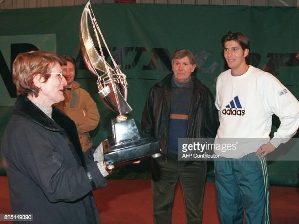 le tennisman français Jerôme Golmard pose le 15 février à Dijon avec ses parents Liliane et Roger avec le trophée qu'il a remporté au tournoi ATP de...
