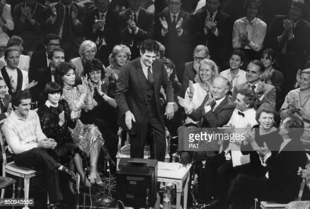 Le ténor Placido Domingo invité de l'émission de Jacques Chancel 'Le Grand Echiquier' avec également Alain Prost Mireille Mathieu Charles Aznavour et...