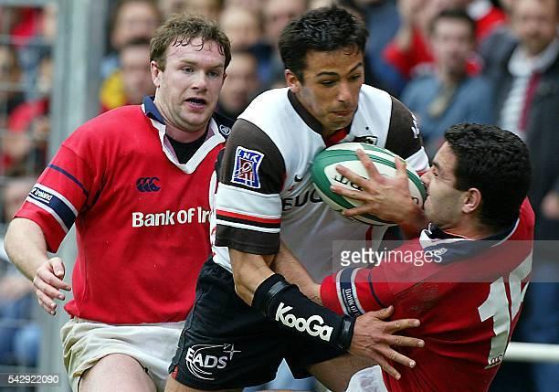 le Toulousain Clément Poitrenaud tente de passer les Irlandais Jeremy Stauton et Anthony Hogan le 26 avril 2003 au stadium de Toulouse lors de la...