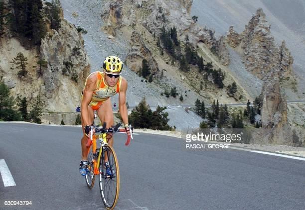 le triathlète espagnol Felix Martinez Rubio vainqueur de l'épreuve en 2001 et 2002 fournit son effort dans la montée du col de l'Izoard le 15 août...