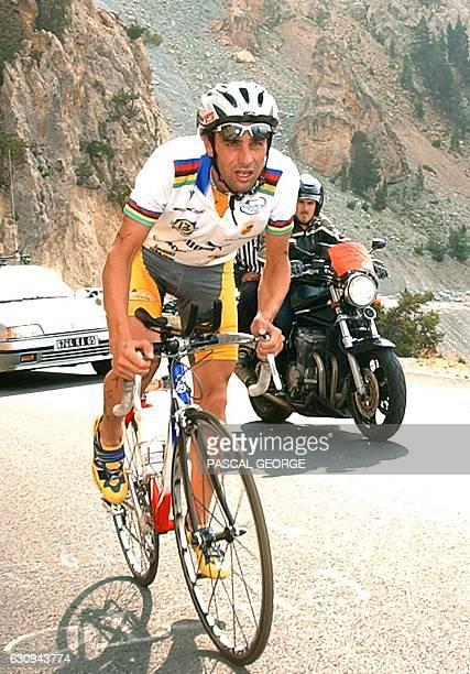 le triathlète français Cyril Neveu fournit son effort dans la montée du col de l'Izoard le 15 août 2003 au cours de l'épreuve de vélo de la 20e...
