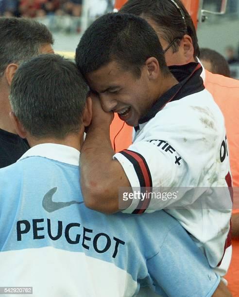 le troisquart centre toulousain Clément Poitrenaud est soutenu par un soigneur après avoir été blessé au bras le 15 septembre 2001 à Toulouse lors de...