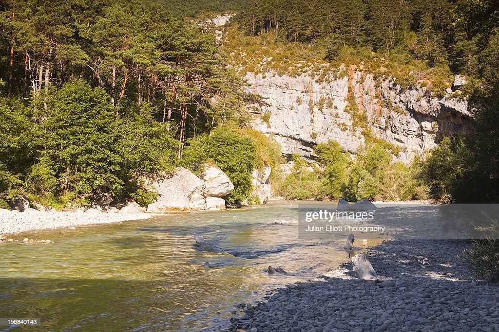 Le Verdon river flows through the Gorges du Verdon : Stock Photo