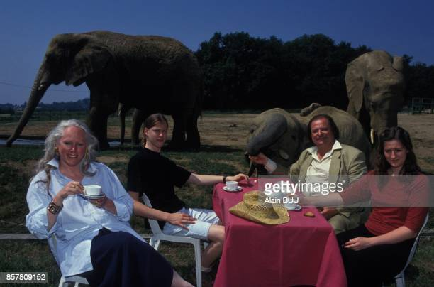 Le vicomte de la Panouse fete les 20 ans du parc zoologique de Peaugres ici avec sa epouse Annabelle son fils Edmond et sa fille Colomba le 2 juillet...