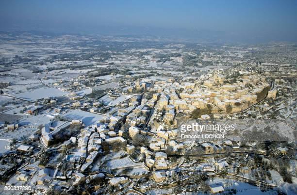 Le village de Bonnieux dans le Lubéron sous la neige en novembre 1999 France