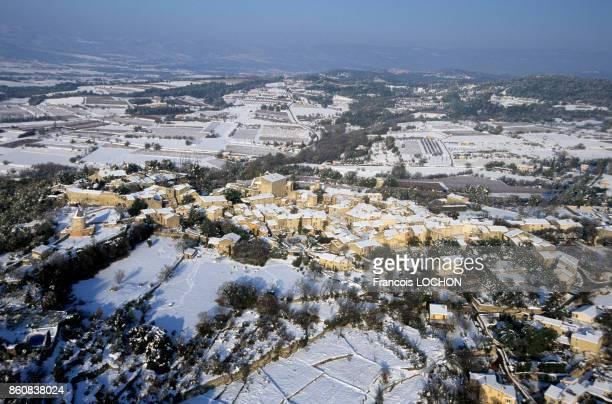 Le village de Goult avec son moulin à gauche sous la neige en novembre 1999 France