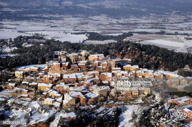Le village de Roussillon dans le Lubéron sous la neige en novembre 1999 France