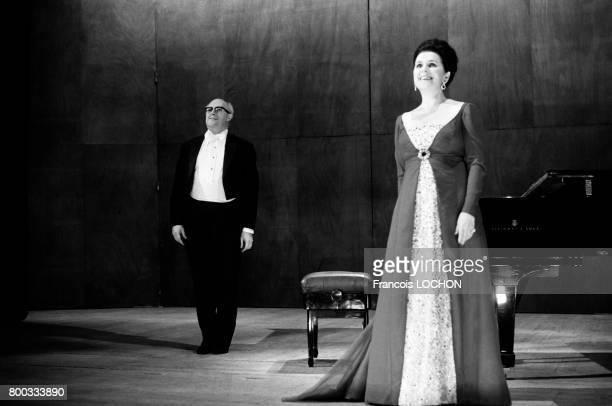 Le violoncelliste Mstislav Rostropovitch et son épouse la soprano Galina Vichnevskaia sur scène en janvier 1976 à Paris France