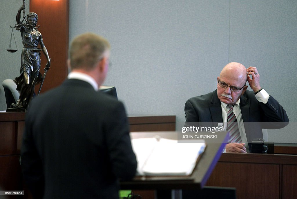 Lead attorney for the plaintiffs, Robert Eglet (L), questions Allan Ebbin(R), a member of the credentialing committee for Health Plan of Nevada, during the trial of the HMO's role in the largest outbreak of Hep C in US history, Wednesday, March 6, 2013 in Las Vegas, Nevada. AFP PHOTO / John Gurzinski