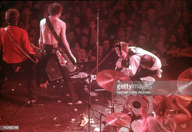 Lead singer Johnny Rotten and bassist Sid Vicious of the punk band 'The Sex Pistols' perform their last concert in Winterland on January 14 1978 in...