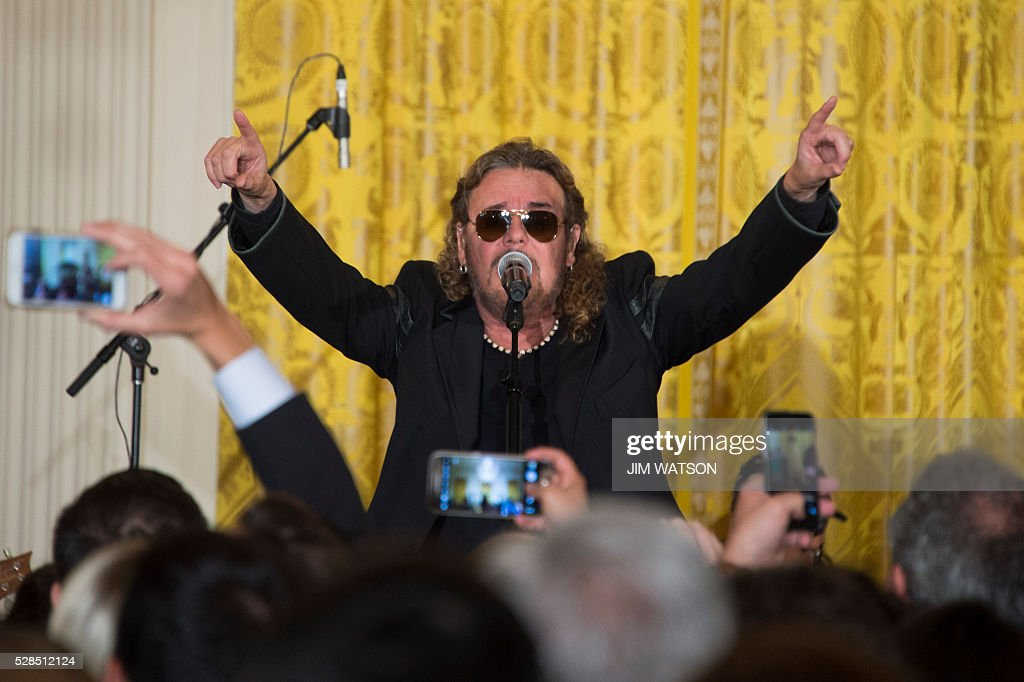 Lead singer of the band Mana, Fher Olvera, performs during a Cinco de Mayo event at the White House in Washington, DC, May 5, 2016. / AFP / Jim Watson