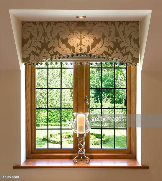 Fenêtre à petits carreaux fenêtre et bougie