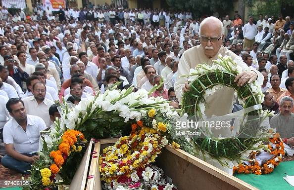 Leader LK Advani pays floral tribute to RSS veteran Nananji Deshmukh who passed away in New Delhi on Sunday on February 28 2010