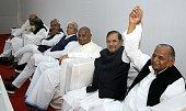 JD leader Nitish Kumar RJD Chief Lalu Prasad Yadav JD chief HD Deve Gowda JD Chief Sharad Yadav Samajwadi Party Chief Mulayam Singh Yadav during a...