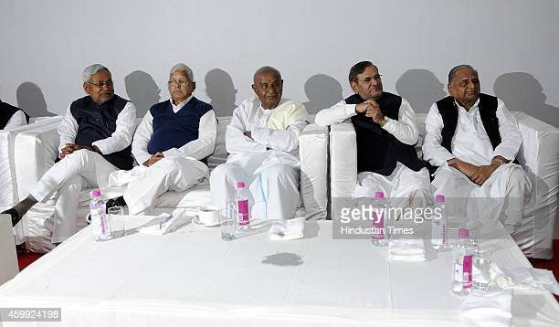 JD leader Nitish Kumar RJD Chief Lalu Prasad Yadav JD chief HD Deve Gowda JD Chief Sharad Yadav Samajwadi Party Chief Mulayam Singh Yadav during a...