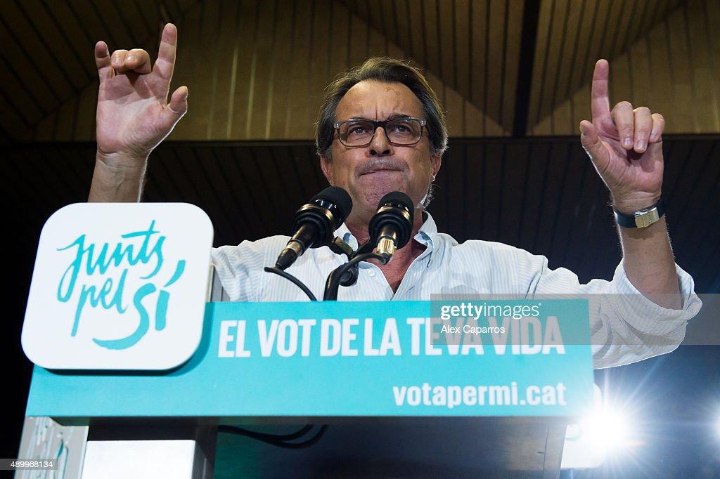Leader of Catalan Democratic Convergence 'Convergencia Democratica de Catalunya' party Artur Mas gives a speech during a 'Junts pel Si' coalition...