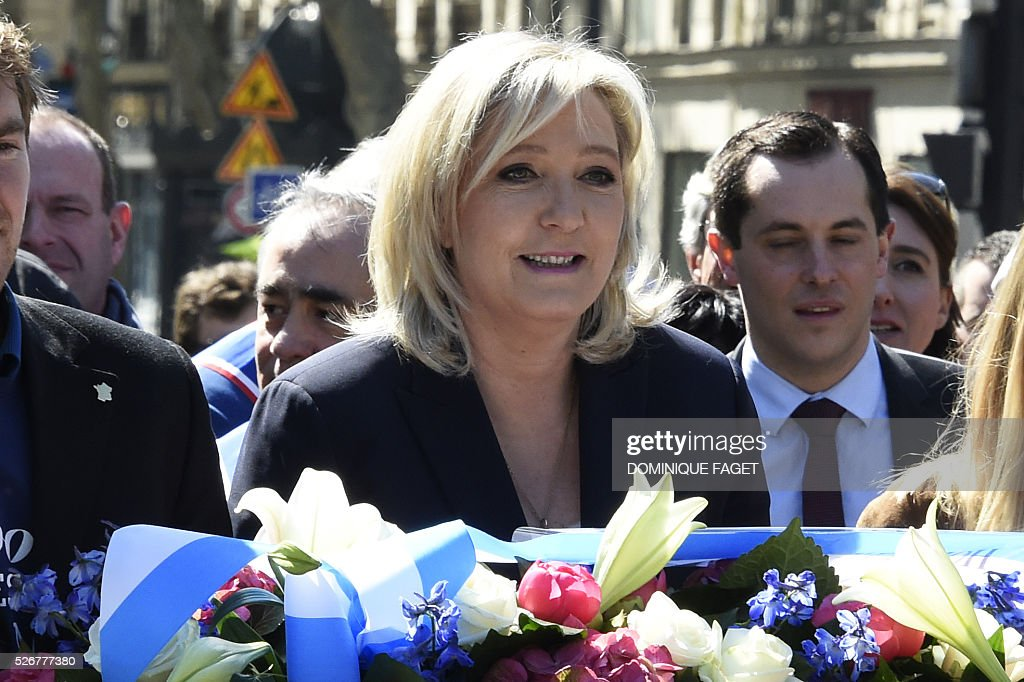 Leader of French far-right party Front National (FN) Marine Le Pen arrives to lay down flowers in front of a statue of Joan of Arc (Jeanne D'Arc) as part of the Front National's annual celebration in Paris on May 1, 2016. / AFP / DOMINIQUE