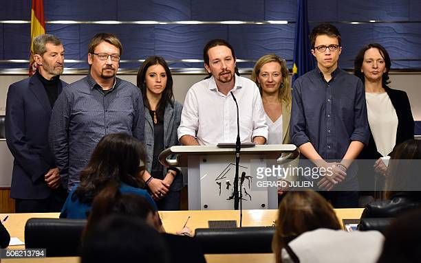 Leader of leftwing political party Podemos Pablo Iglesias speaks flanked by party members Carolina Bescansa Inigo Errejon Victoria Rosell Irene...