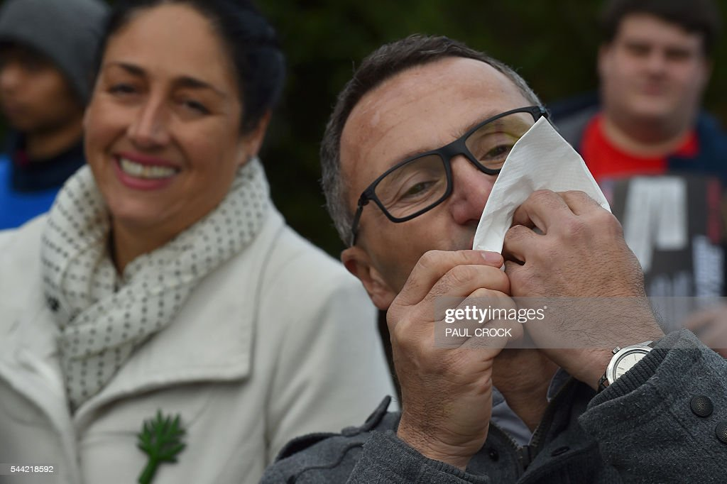 Leader of the Australian Greens Party Richard Di Natale celebrates the freedom of democracy in Australia by biting into a sausage from a primary school sausage sizzle after casting his vote in the Australian Federal Election in Melbourne on July 2, 2016. Australia is voting in a general election which is expected to be a close race between the ruling Liberal-National coalition and the opposition Labor Party. / AFP / Paul Crock