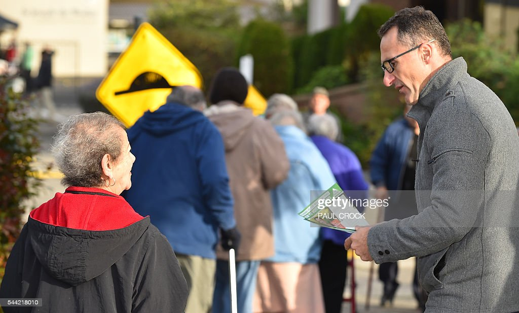 Leader of the Australian Greens Party Richard Di Natale talks to an elderly voter at a polling booth in the northern seat of Batman in the Australian Federal Election in Melbourne on July 2, 2016. Australia is voting in a general election which is expected to be a close race between the ruling Liberal-National coalition and the opposition Labor Party. / AFP / Paul Crock