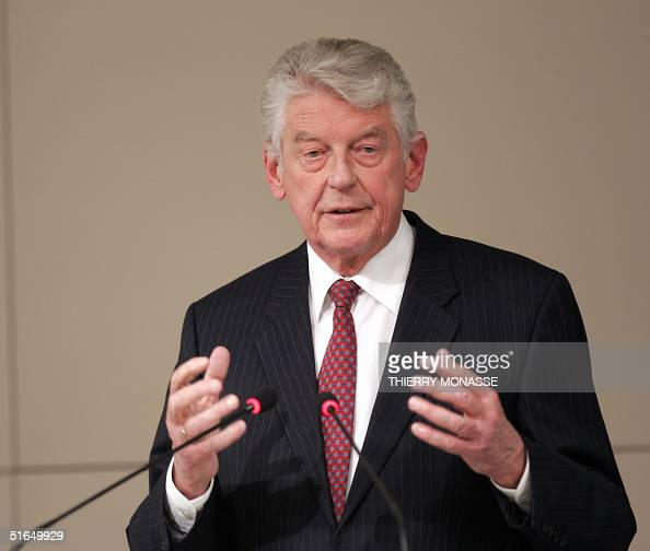 Leader of the Lisbon Council Dutch Wim Kok gestures as he speaks during a press conference with President of the European Commission Italian Romano...