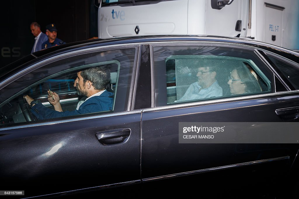 Leader of the Popular Party (PP), Spain's caretaker Prime Minister and party candidate, Mariano Rajoy (C) arrives in a car at the PP headquarters during Spain's general election in Madrid on June 26, 2016. Spain's repeat polls ended on June 26 with the incumbent conservatives appearing to have scored a small win tailed closely by a far-left coalition led by Podemos, exit polls said, against a backdrop of record/low abstention. / AFP / CESAR