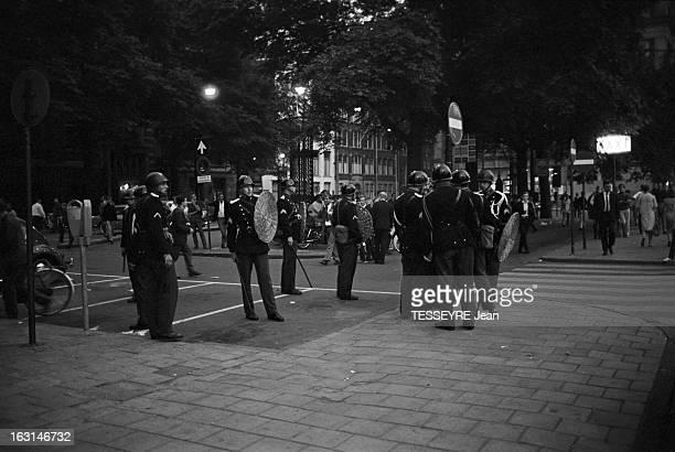 Leader Of The 'Provo' Movement In Amsterdam A Amsterdam en juin 1966 des policiers antiémeutes portant un casque une longue matraque et un bouclier...