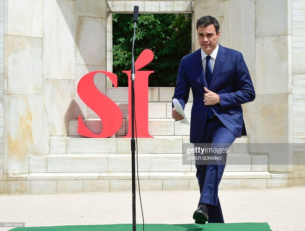 Leader of the Spanish Socialist Party (PSOE) Pedro Sanchez arrives to present the document 'Yes to the six principles for the Government of Change' in Madrid on May 26, 2016. / AFP / JAVIER