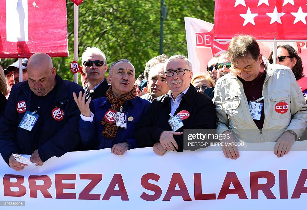 Leader of Union General de Trabajadores (UGT) Josep Maria Alvarez (2ndL) and leader of Comisiones Obreras (CCOO) Ignacio Fernandez Toxo (2ndR) speaks together during the traditional May Day rally in Madrid on May 1, 2016. / AFP / PIERRE
