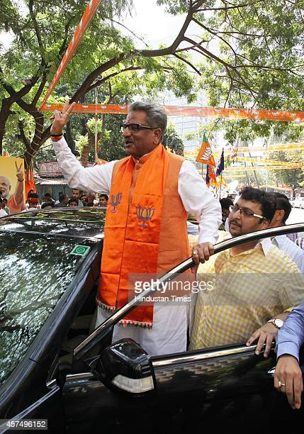 BJP leader Om Mathur arrives at Party office after the results of Maharashtra assembly elections on October 19 2014 in Mumbai India BJP emerged as...