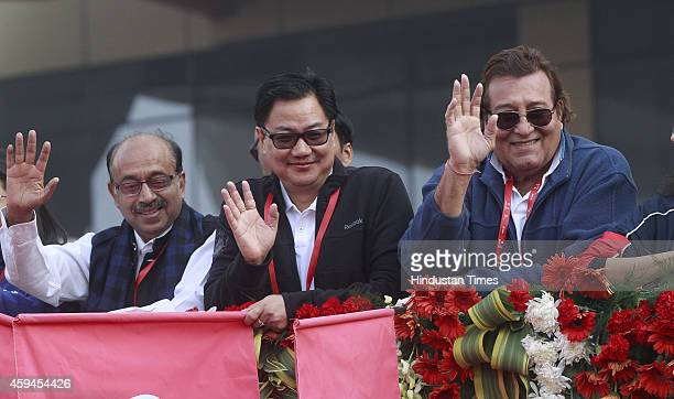BJP leader Vijay Goel Minister of State for Home Affairs Kiren Rijiju and actorpolitician Vinod Khanna cheer the participants of Airtel Delhi Half...