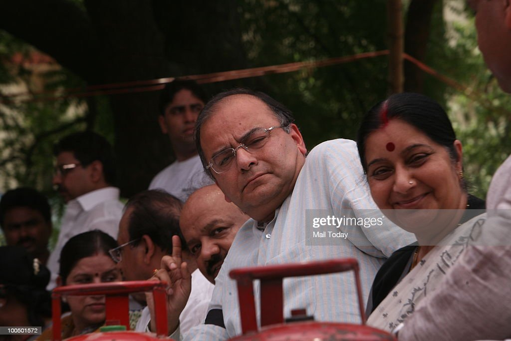 BJP leaders Arun Jaitley and Sushma Swaraj at a BJP rally to observe 'Black Day' on completion of one year by the UPA government in New Delhi on May 24, 2010.