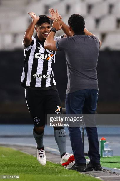 Leandrinho and head coach Jair Ventura of Botafogo celebrate a scored goal against Gremio during a match between Botafogo and Gremio as part of...