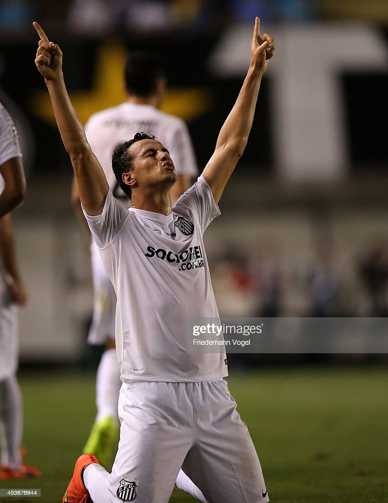 <a gi-track='captionPersonalityLinkClicked' href=/galleries/search?phrase=Leandro+Damiao&family=editorial&specificpeople=7145241 ng-click='$event.stopPropagation()'>Leandro Damiao</a> of Santos celebrates scoring the first goal during the match between Santos and Atletico PR for the Brazilian Series A 2014 at Vila Belmiro stadium on August 20, 2014 in Sao Paulo, Brazil.