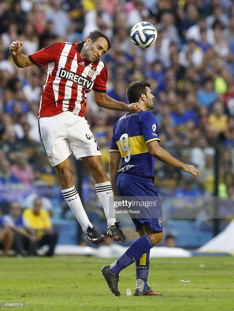 Leandro Desabato of Estudiantes heads the ball during a match between Boca Juniors and Estudiantes as part of forth round of Torneo Final 2014 at Estadio Unico de La Plata on February 23, 2014 in La Boca, Buenos Aires, Argentina.