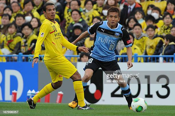Leandro Domingues of Kashiwa Reysol and Junichi Inamoto of Kawasaki Frontale compete for the ball during the JLeague match between Kashiwa Reysol and...