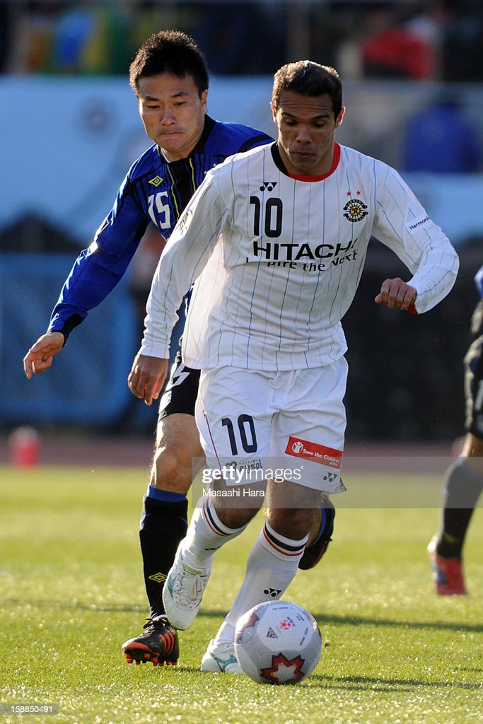 Leandro Domingues #10 of Kashiwa Reysol in action during the 92nd Emperor's Cup final match between Gamba Osaka and Kashiwa Reysol at the National Stadium on January 1, 2013 in Tokyo, Japan.