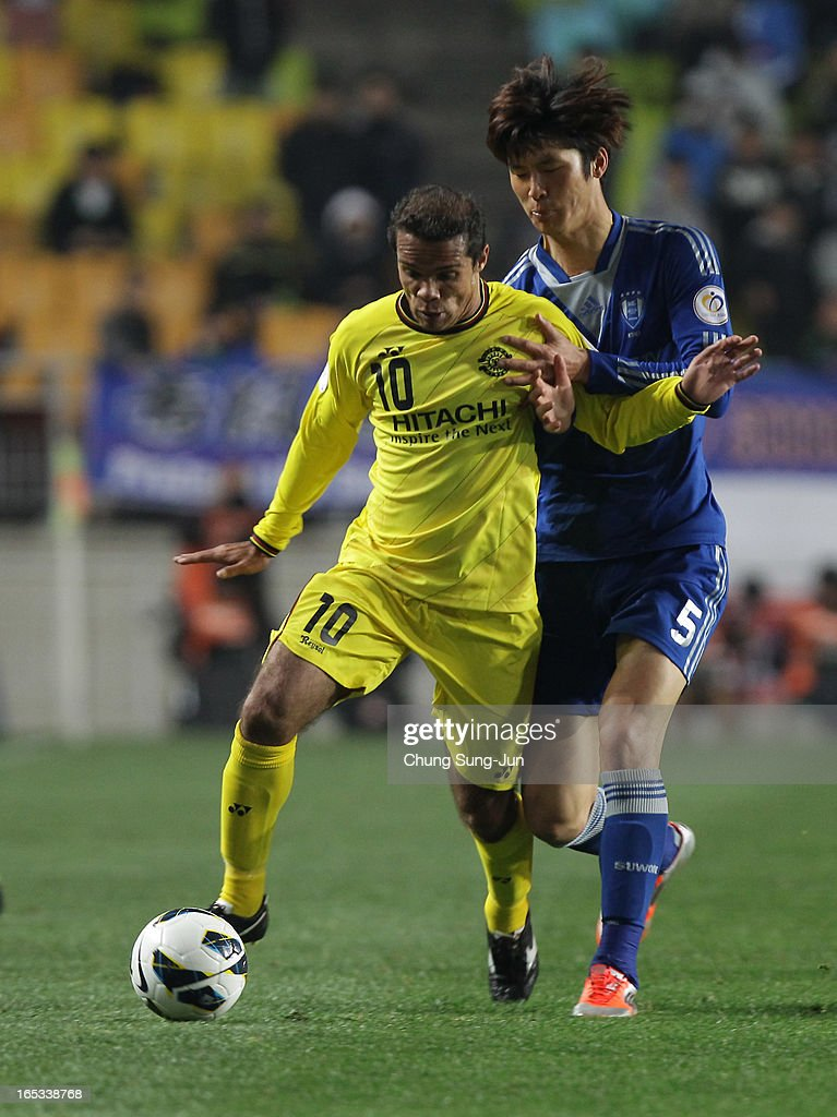 <a gi-track='captionPersonalityLinkClicked' href=/galleries/search?phrase=Leandro+Domingues&family=editorial&specificpeople=5957600 ng-click='$event.stopPropagation()'>Leandro Domingues</a> of Kashiwa Reysol tussles for possession with Park Hyun-Bem of Suwon Bluewings during the AFC Champions League Group H match between Suwon Bluewings and Kashiwa Reysol at Suwon World Cup Stadium on April 3, 2013 in Suwon, South Korea.