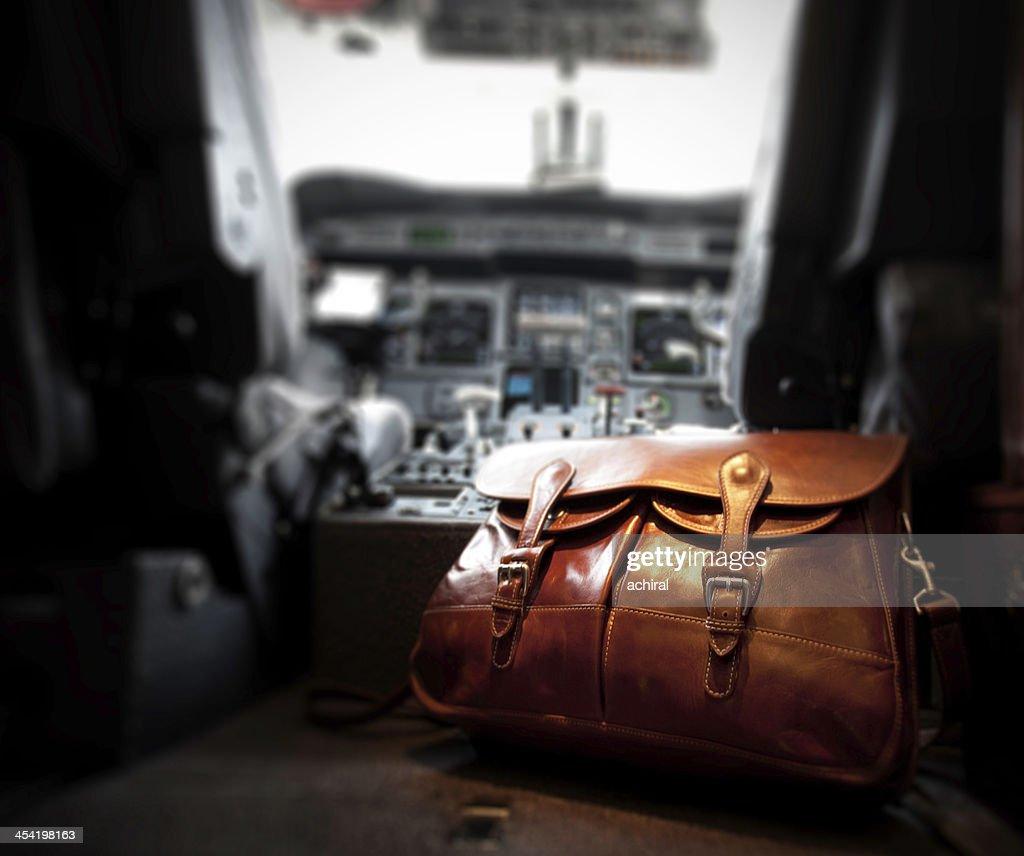 Bolsa de mensajero de cuero en la cabina de mando del avión privado : Foto de stock
