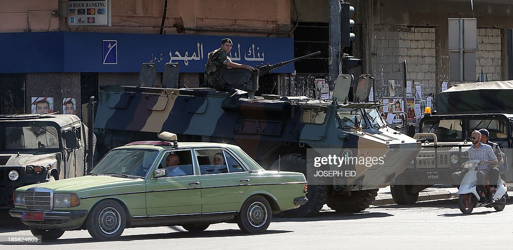 Lebanese army soldiers secure the al-Nur roundabout at the southern entrance of the northern city of Tripoli on October 25, 2013. The death toll from five days of clashes in Lebanon's northern city of Tripoli between supporters and opponents of the Syrian regime has climbed to five, a security official said.