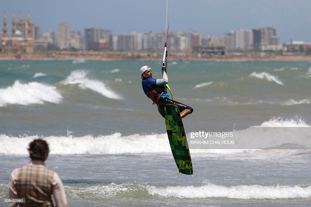 A Lebanese man practises kite surfing in the northern port city of Tripoli, on May 5, 2016. / AFP / IBRAHIM