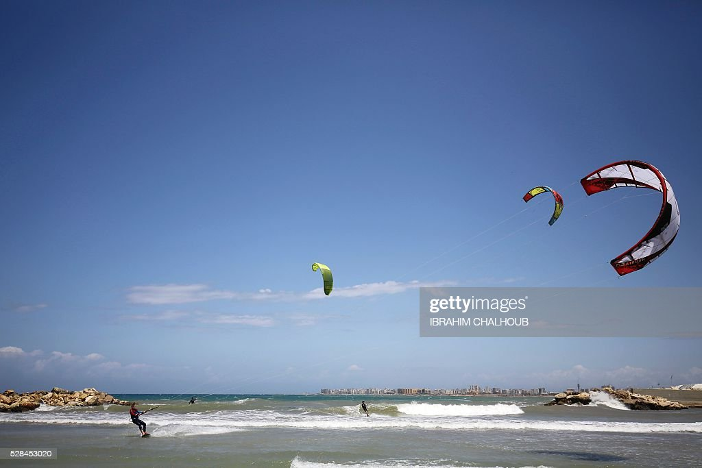 Lebanese men practise kite surfing in the northern port city of Tripoli, on May 5, 2016. / AFP / IBRAHIM