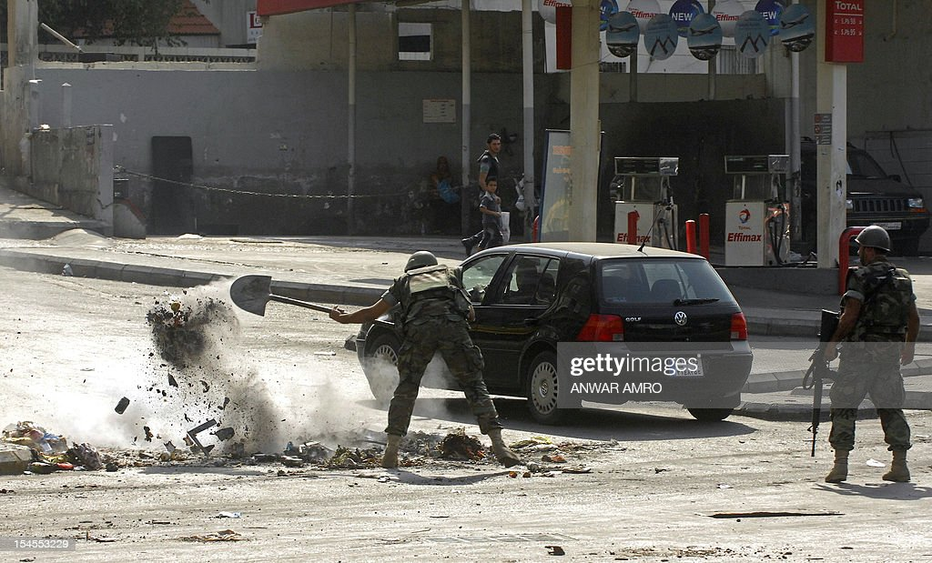 Lebanese soldiers clear roadblocks in a Sunni Muslim neighberhood in Beirut on October 22, 2012. The army said it was determined to restore order in Lebanon, roiled by growing political tensions linked to Syria after a top policeman was murdered and former premier Rafiq Hariri called for the government to step down. AFP PHOTO / ANWAR AMRO