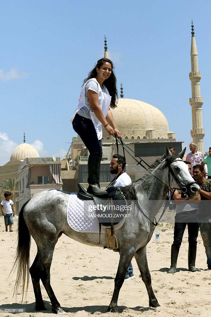 A Lebanese woman shows her skills during a horse race festival on the coast shore of the city of Sidon, south Lebanon, on May 29, 2016. / AFP / MAHMOUD
