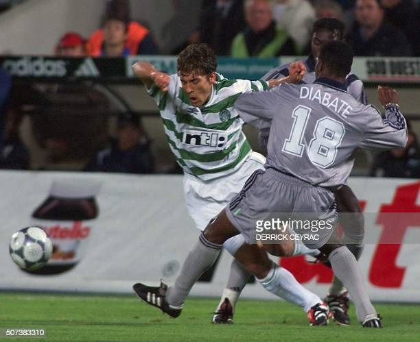 l'Ecossais Stiluan Petrov est aux prises avec le bordelais Lassina Diabate lors de la rencontre BordeauxCeltic Glasgow le 26 octobre 2000 lors du...